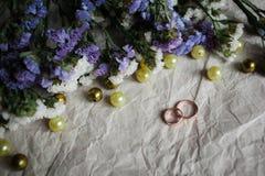 bröllop Vigselringar på kraft arkivbild