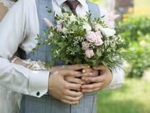 Bröllopbakgrund, brud och brudgum i stilfull kläder arkivfoton
