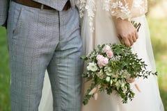 Bröllopbakgrund, brud och brudgum i stilfull kläder royaltyfria bilder