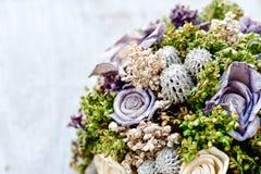 Bröllopbakgrundsgarnering med den härliga buketten fotografering för bildbyråer