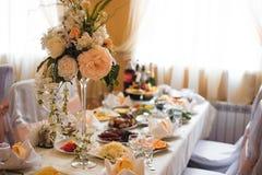 Bröllopbankett i en restaurang, parti i en restaurang royaltyfri fotografi
