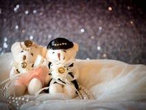 Bröllopbegrepp: Par Teddy Bears i bröllopsklänning Royaltyfria Bilder