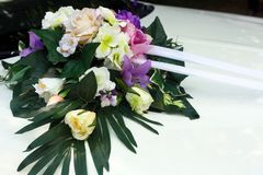 Bröllopbil med härliga garneringar av färgrika blommor royaltyfri fotografi