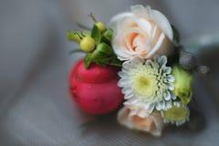 Bröllopboutonniere med rosor och chamomillecloseupen Royaltyfria Foton