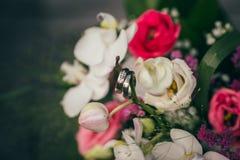 Bröllopbruden ringer buketten Arkivfoton