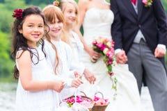 Bröllopbrudtärnabarn med blommakorgen Royaltyfria Bilder