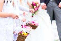 Bröllopbrudtärnabarn med blommakorgen Royaltyfri Foto