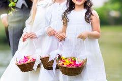 Bröllopbrudtärnabarn med blommakorgen Royaltyfri Bild