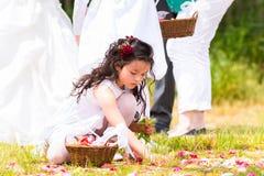 Bröllopbrudtärnor med blommakronbladkorgen Arkivfoton