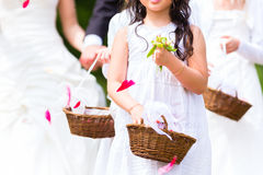 Bröllopbrudtärnor med blommakronbladkorgen Arkivfoto