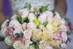 Bröllopbukett av blommor för bruden Arkivfoto