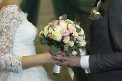Bröllopbukett av blommor för bruden Arkivfoton