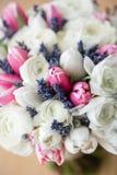 Bröllopbukett av den rosa tulpan och vitsmörblomman Modern brud- grupp torr lavendel arkivbild