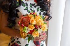 Bröllopbukett av gula ro bruden som rymmer en bukett av gula rosor Arkivfoto