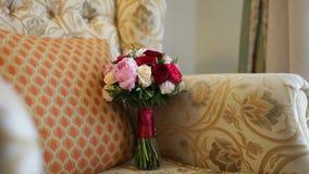 Bröllopbukett av röda och rosa rosor och pioner arkivfilmer