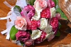 Bröllopbukett av vit- och rosa färgro Arkivbild