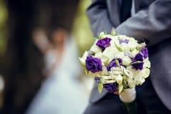 Bröllopbukett av vita och violetblommor Fotografering för Bildbyråer