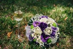 Bröllopbukett av vita rosor för rosa färger som och ligger på Arkivfoto