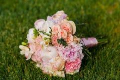 Bröllopbukett, brud- bukett, boutonniere Arkivfoto