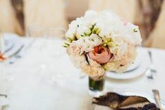 Bröllopbukett för brud på sängen Royaltyfri Fotografi