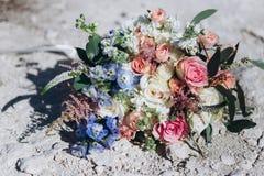 Bröllopbukett, floristics, med blåa och rosa blommor royaltyfria foton