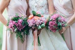 Bröllopbukett i händer för brud` s arkivfoto