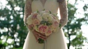 Bröllopbukett i händer för brud` s lager videofilmer