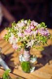 Bröllopbukett i tappningstil med rosa pioner och vita rosor Arkivfoto