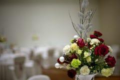 Bröllopbukett med den röda rosen på tabellen Arkivbilder