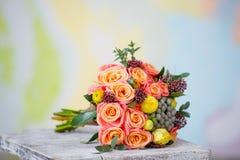 Bröllopbukett med härliga orange rosor och ye Arkivfoton