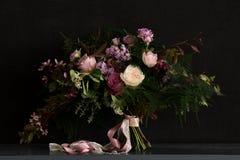 Bröllopbukett med lilan Arkivfoton