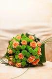 Bröllopbukett med orange och gröna blommor royaltyfri bild