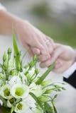 Bröllopbukett med rings.GN royaltyfria bilder