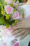 Bröllopbukett med rings.GN fotografering för bildbyråer