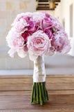 Bröllopbukett med rosa pioner, rosor och nejlikor Royaltyfri Bild