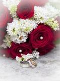 Bröllopbukett med vigselringar Arkivfoton