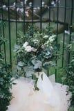 Bröllopbukett och bakgrund av spisgallret Arkivbild