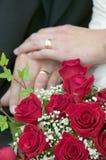 Bröllopbukett och bröllop rings.GN Fotografering för Bildbyråer