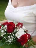 Bröllopbukett och brud byst arkivfoton