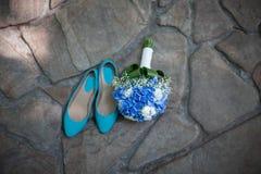 Bröllopbukett och brud- skor Royaltyfria Bilder