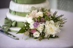 Bröllopbukett och cake Royaltyfria Bilder
