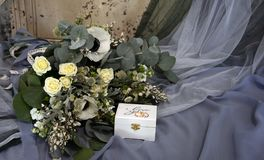 Bröllopbukett och en ask för cirklar Arkivfoto