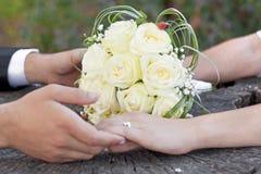 Bröllopbukett och händer Royaltyfria Bilder