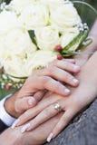 Bröllopbukett och händer Fotografering för Bildbyråer