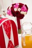 Bröllopbukett och kortask Royaltyfria Foton