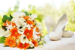 Bröllopbukett och skor Arkivbilder