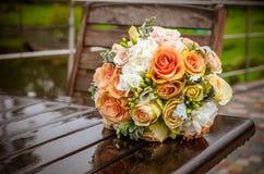 Bröllopbukett på den våta tabellen Arkivfoto