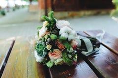 Bröllopbukett på en bänk Arkivfoton