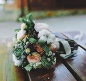 Bröllopbukett på en bänk Royaltyfria Foton