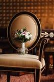 Bröllopbukett på en stol Arkivfoton